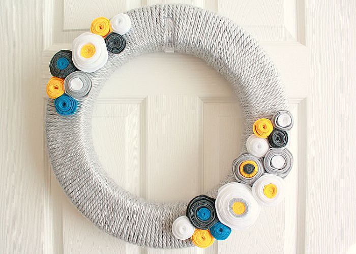 diy yarn/felt wreath - aprettyfix.com