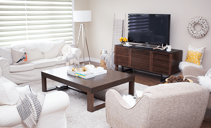 Take a tour of this fresh & cozy living room all decked out for fall.