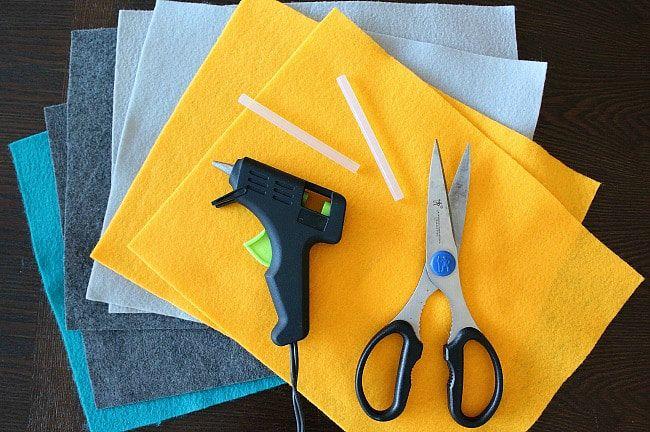 DIY yarn and felt wreath - felt, glue gun, scissors