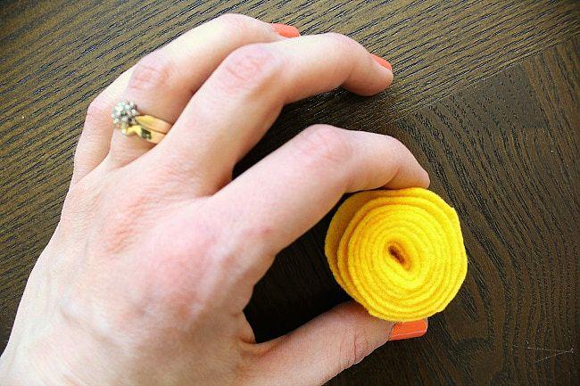 DIY yarn/felt wreath - yellow floret roll - aprettyfix.com